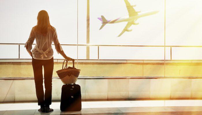 femeie in aeroport